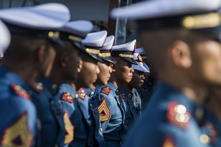 Taruna AAL tingkat 3 angkatan ke 66 mengikuti upacara peringatan HUT ke-74 TNI AL di geladak KRI Bima Suci, di Laut China Selatan, China, Selasa (10/9/2019).  ANTARA FOTO/M Agung Rajasa/pras.