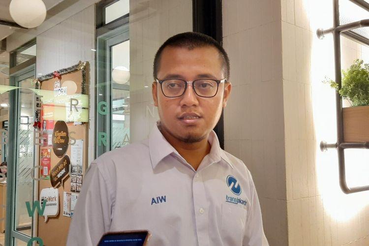 Direktur Pelayanan dan Pengembangan PT Transjakarta Achmad Izzul Waro seusai jumpa pers, di lantai 5, Plaza Indonesia, Jakarta Pusat, Senin (30/12/2019)