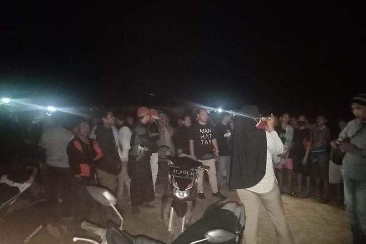 Puluhan warga Muang Dalam, Lempake, Samarinda saat menghadang truk tambang batu bara di kawasan dekat permukiman warga, Sabtu (25/9/2021) malam.
