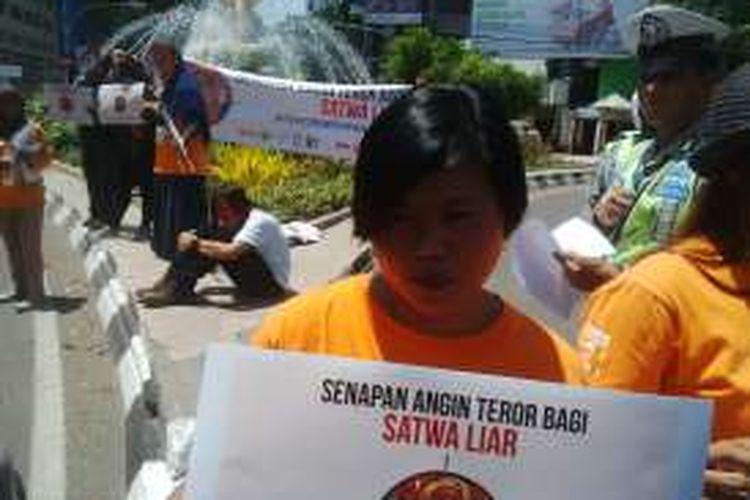 Aksi kampanye organisasi perlindungan satwa di Surabaya, Rabu (14/9/2016).