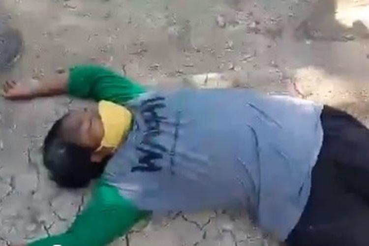 Viral di media sosial sebuah video yang memperlihatkan seorang ibu dan remaja saling tarik dan tendang dengan petugas Satpol PP.