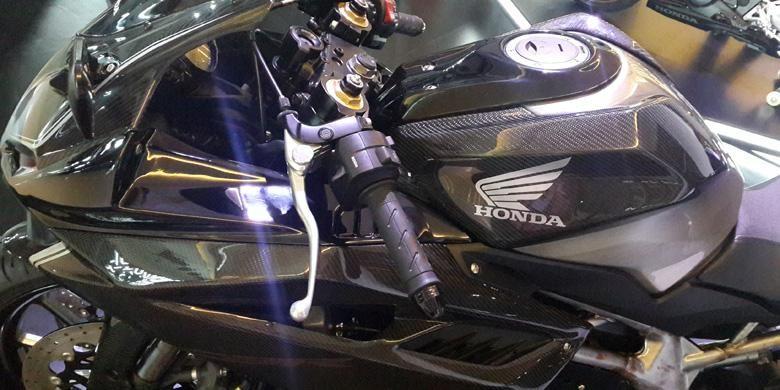 Tangki bahan bakar yang dipadu dari karbon fiber dan besi mentah yang sudah dipoles.