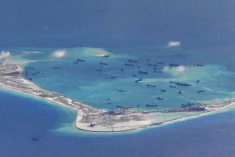 Kapal-kapal pengeruk Tiongkok terlihat di sekitar karang di Kepulauan Spratly yang disengketakan di Laut China Selatan, dalam foto yang diambil oleh pesawat pengintai AS, Mei 2015.