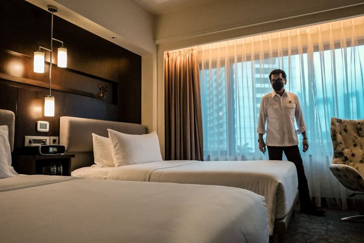 Menparekraf Wishnutama meninjau kamar di hotel Le Meridien Jakarta yang digunakan sebagai akomodasi tenaga medis Covid-19.