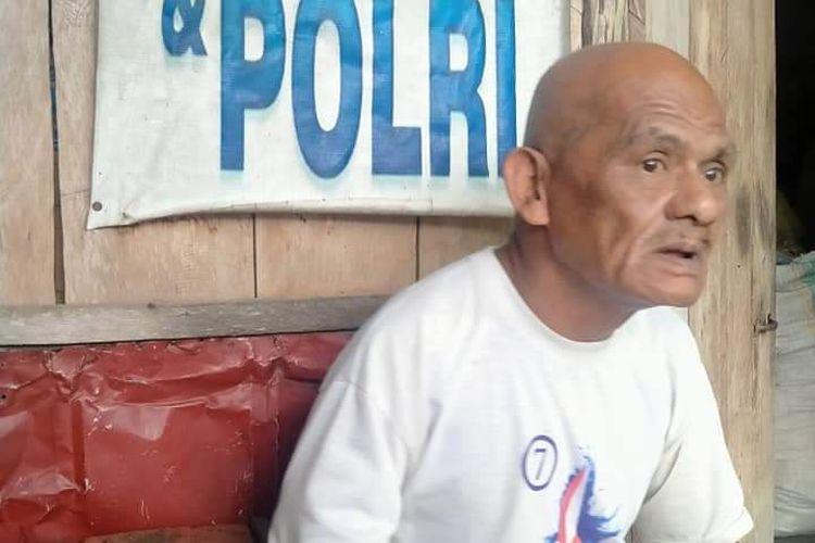 Pacik Dillok (60) ODGJ yang tinggal sebatang kara diantara lapak pedagang di Tanah Merah Nunukan Kaltara. Pacik Dillok memiliki kebiasaan menambal jalan berlubang dan menolong orang
