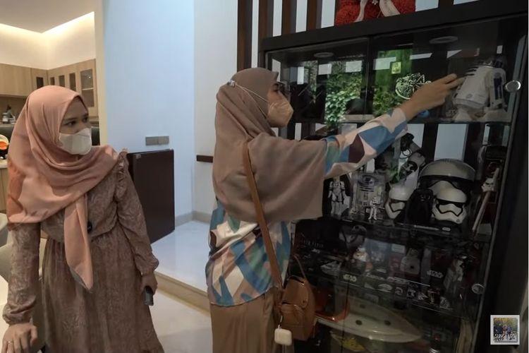 Didampingi Cut Meyriska (kiri), artis peran Shireen Sungkar melihat-lihat lemari koleksi Star Wars Roger Danuarta.
