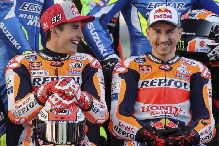 Pebalap Repsol Honda, Marc Marquez dan Jorge Lorenzo, berpose di Sirkuit Losail jelang GP Qatar, 7 Mei 2019.