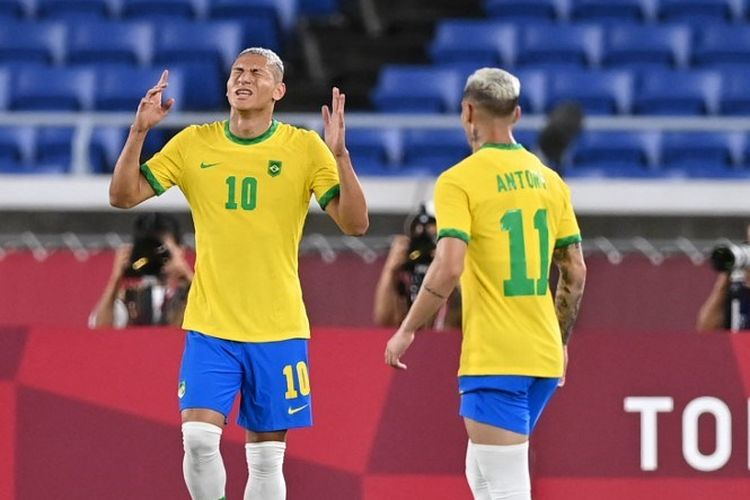 Penyerang Brasil, Richarlison (kiri), merayakan golnya setelah mencetak gol dalam pertandingan penyisihan Grup C cabang sepak bola Olimpiade 2020 melawan Jerman di Stadion Yokohama, Kamis (22/7/2021)