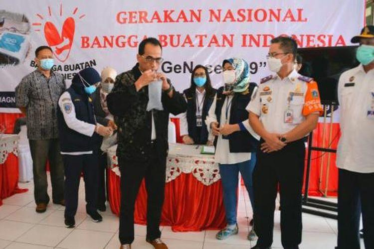 Menteri Perhubungan Budi Karya Sumadi saat meninjau langsung penggunaan alat GeNose C19 di Terminal Kampung Rambutan, Minggu