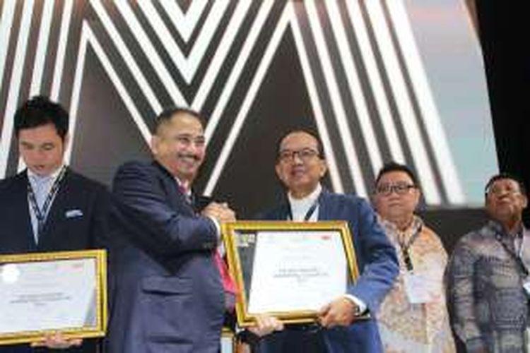 CEO Gramedia, Y.Priyo Utomo menerima penghargaan dari Menteri pariwisata Arief Yahya sebagai Best Industry Marketing Champion for Retail Sector dalam acara 11th Annual MarkPlus Conference 2017