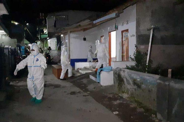 Petugas berpakaian hazmat mengevakuasi jenazah adik kakak yang meninggal di rumahnya akibat positif Covid-19 yang sebelumnya mengira sakit flu biasa di Indihiang, Kota Tasikmalaya, Sabtu (3/7/2021) malam.