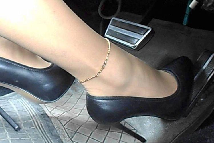 Ilustrasi wanita berkendara gunakan high heels