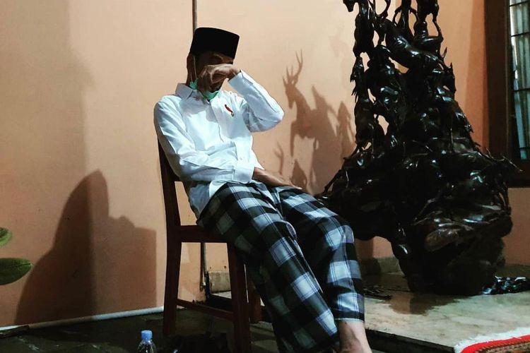 Presiden Joko Widodo beristirahat di kursi plastik usai memakamkan Ibunda, Sujiatmi Notomihardjo di TPU Dusun Mundu, Karanganyar, Jawa Tengah, Kamis (26/3/2020).