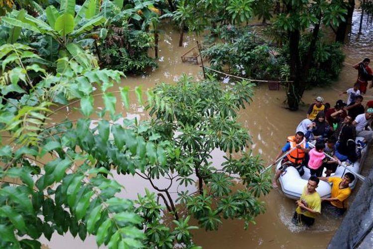 Warga menggunakan perahu untuk menuju rumahnya yang terendam banjir di Kelurahan Cipinang Melayu, Kecamatan Makasar, Jakarta Timur, Senin (20/2/2017). Banjir kerap terjadi menyusul meluapnya Kali Sunter yang melintasi Cipinang Melayu, ditambah, curah hujan yang tinggi sepanjang hari kemarin.