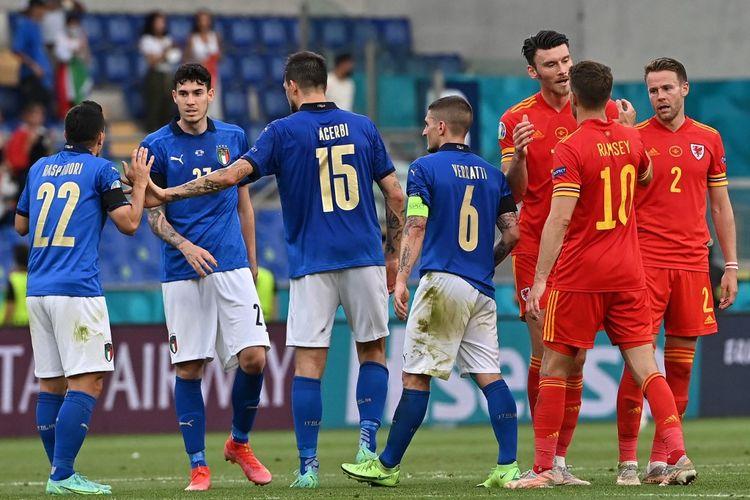 Para pemain usai pertandingan Grup A Euro 2020 Italia vs Wales di Stadion Olimpico, Roma, Italia, Minggu (20/6/2021) malam WIB.