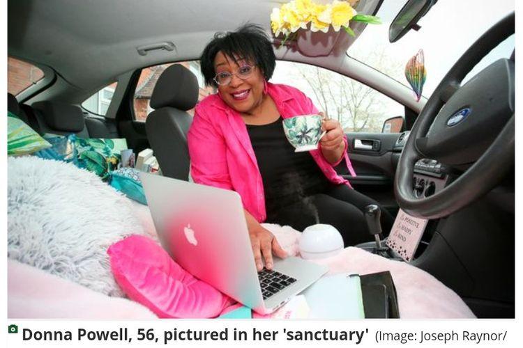 Donna Powell (56) bekerja di dalam mobilnya karena merasa tidak mendapatkan lingkungan kerja yang mendukung di rumahnya.