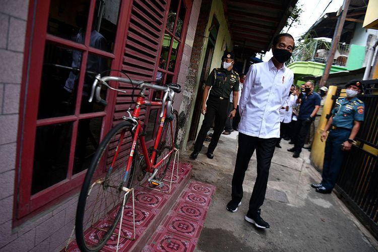 Presiden Joko Widodo meninjau proses distribusi sembako tahap ketiga bagi masyarakat kurang mampu dan terdampak COVID-19 di kawasan Johar Baru, Jakarta Pusat, Senin (18/5/2020). Dalam blusukan ini, Presiden Jokowi ingin mengecek langsung penyaluran sembako pada masyarakat setempat.