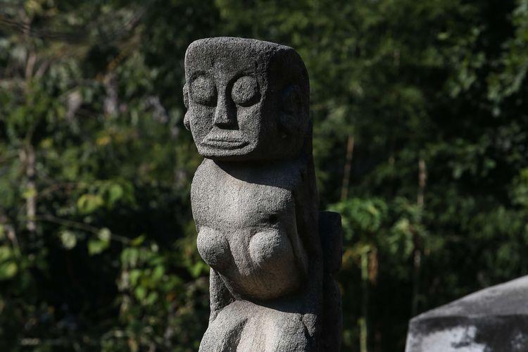 Kubur batu di Kampung Raja Prailiu, Waingapu, Sumba Timur, Sabtu (13/7/2019). Kuburan batu besar yang identik dengan jaman megalitikum, bisa dengan mudah ditemui di Pulau Sumba.