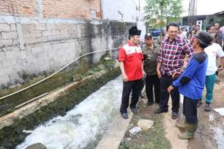 Gubernur petahana DKI Jakarta Basuki Tjahaja Purnama (Ahok) saat berkunjung ke kawasan Setu Babakan, Kelurahan Srengseng Sawah, Jakarta Selatan, Senin (31/10/2016). Kedatangan Ahok  dalam rangka berdiskusi mengenai normalisasi sungai di sejumlah kawasan Jakarta Selatan.