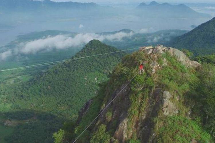 Aksi Mulyana meniti tali di ketinggian 899 meter di antara dua pucuk Gunung Parang, Purwarkara, Jawa Barat, memecahkan rekor mountain highline tertinggi di Indonesia dengan panjang lintasan 35 meter dan 50 meter.