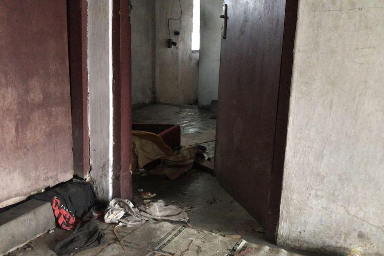 Rumah kosong yang dijadikan tempat anak-anak berpesta minuman keras di Jalan Cilandak KKO Gang Borobudur RT 013 RW 08, Ragunan, Pasar Minggu, Jakarta Selatan pada Rabu (15/9/2021) siang.