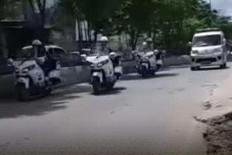 Tangkapan layar iring-iringan kendaraan pengawal Jokowi yang memberi jalan ambulans saat melintasi Jalan DI Pandjaitan, Samarinda, Kaltim, Selasa (24/8/2021).