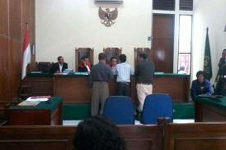 Kuasa hukum dari pihak PT. Doosan dan kuasa hukum dari pihak buruh sedang melengkapi administrasi kepada ketua hakim di persidangan gugatan Rp 2 Milyar kepada para buruh.