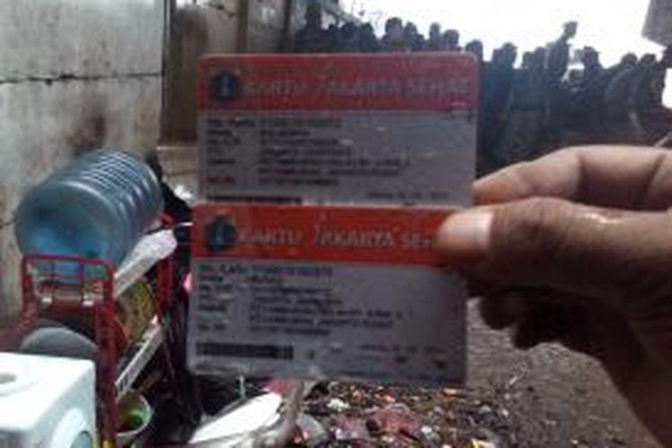 Kartu Jakarta Sehat ditemukan di lokasi pembongkaran pemukiman di bantaran Banjir Kanal Barat.