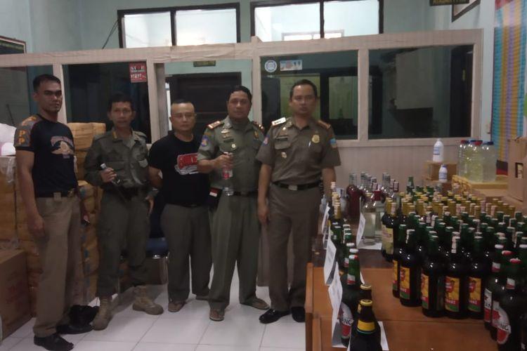 Ribuan botol miras yang diamankan Satpol PP Garut dari pedagang, rencananya  miras akan dimusnahkan bekerjasama dengan jajaran kepolisian Polres Garut dalam waktu dekat.