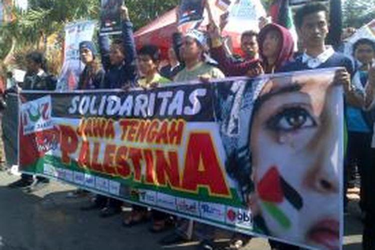 Massa dari Solaritas Masyarakat Jawa Tengah untuk Palestina menggelar aksi simpatik di Masjid Baiturrahman Semarang, Jum'at siang