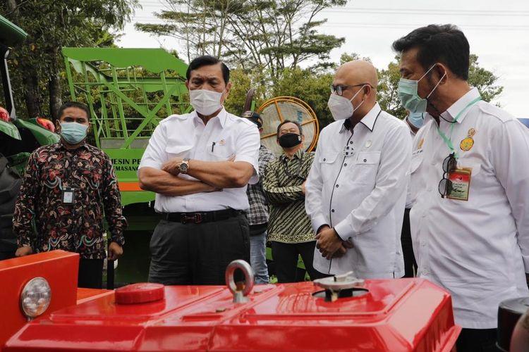 Menko bidang Kemaritiman dan Investasi Luhut Binsar Pandjaitan didampingi Menteri Pertanian Syahrul Yasin Limpo mengunjungi  Balai Besar Pengembangan Mekansiasi Pertanian (BBP Mektan) yang berada di Serpong, Tangerang, Rabu (27/1/2021).
