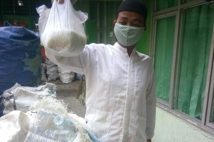 Warga Koja, Jakarta Utara, bayar zakat fitrah dengan sampah plastik.