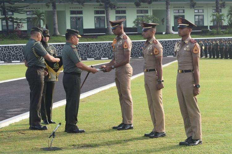 Tiga taruna Akmil terima penghargaan di lapangan Pancasila Akmil Magelang, Jumat (3/1/2020), setelah melakukan aksi penyelamatan penumpang speedboat yany kecelakaan di perairan Raja Ampat Papua.