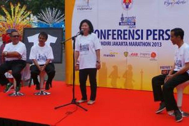 Gubernur DKI Joko Widodo (kanan), Menteri Parekraf Marie Elka Pangestu (tengah), Menpora Roy Suryo dan Wakil Menteri Parekraf (kiri) mengadakan konferensi pers Jakarta Marathon di Monas.