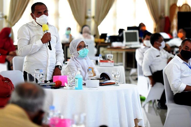 Gubernur Sumut Edy Rahmayadi menjawab pertanyaan para anggota DPRD Sumut pada acara silaturahmi yang digelar di pendopo rumah dinasnya, Rabu (15/4/2020)