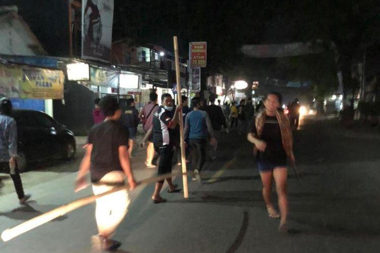 Terjadi kerusuhan di Jalan Ir. H. Djuanda Sukaseuri - Cikampek, Desa Sarimulya, Kecamatan Kotabaru, Kabupaten Karawang, Kamis (22/4/2021) dini hari.