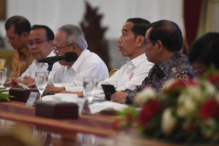 Presiden Joko Widodo (ketiga kanan) memimpin rapat pencegahan dan penanganan dampak banjir di Istana Merdeka, Jakarta, Rabu (8/1/2020). ANTARA FOTO/Akbar Nugroho Gumay/foc.