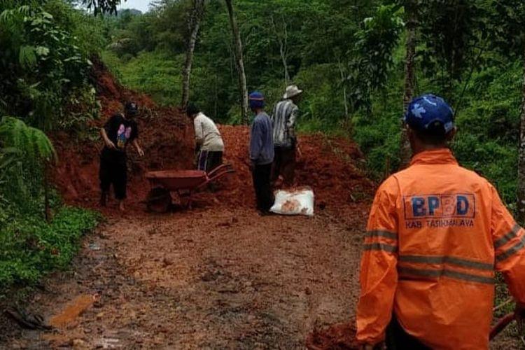 Sebanyak 13 titik di Kabupaten Tasikmalaya terjadi bencana longsor akibat cuaca buruk, Senin (13/9/2021).