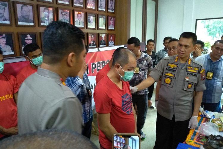 Tersangka Denny asal Kendari yang ditangkap polisi dengan barang bukti 8 kg sabu-sabu di sebuah hotel di Medan. Dalam aksinya, dia memiliki 13 KTP dan membungkus sabu-sabu itu dengan oatmeal.