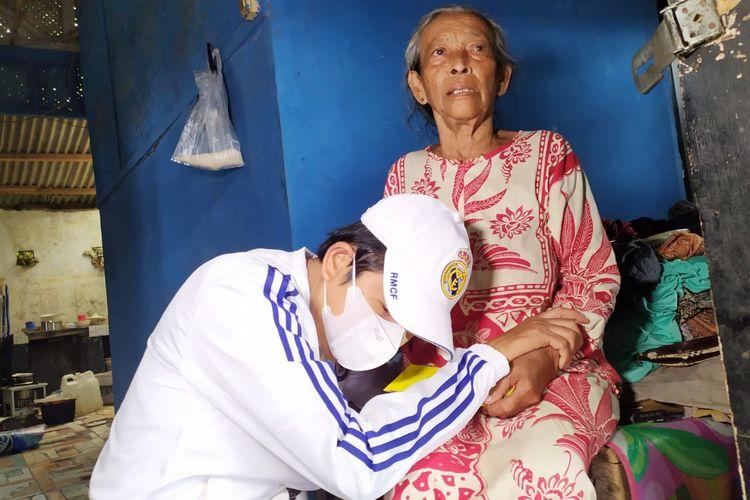 Anggota DPR Dedi Mulyadi saat bersimpuh di pangkuan Siti Sopiah, Sabtu (10/4/2021).