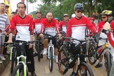 Bersepeda Pagi di KBT, Jokowi Dikerubuti Ibu-Ibu Senam