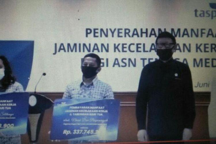 MenPAN-RB Tjahjo Kumolo Memberikan Santunan pada Keluarga ASN Tenaga Medis yang Meninggal Dunia Setelah Menangani Pasien Positif Virus Corona, di Kementerian PAN-RB, Jakarta, Rabu (24/6/2020)
