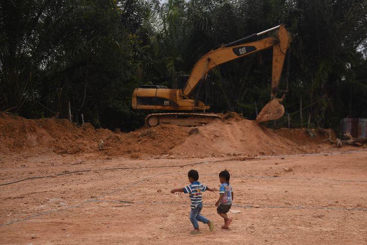 Sejumlah anak bermain di kawasan ibu kota baru, Kecamatan Sepaku, Penajam Paser Utara, Kalimantan Timur,