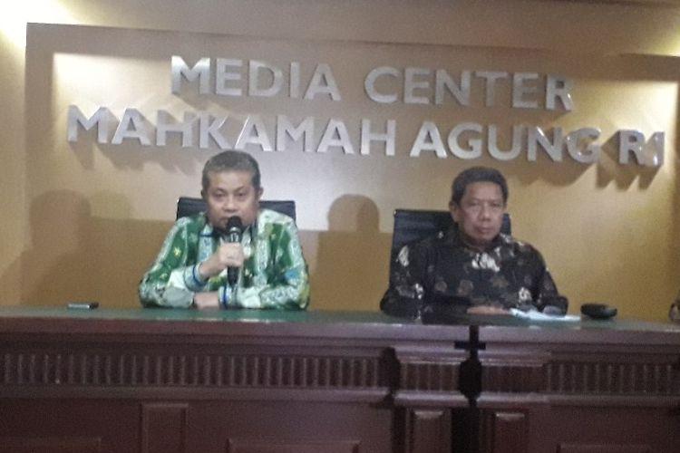 Juru Bicara MA Andi Samsan Nganro dalam konferensi pers menanggapi kasus penyerangan hakim PN Jakarta Pusat di Mahkamah Agung, Jumat (19/7/2019).