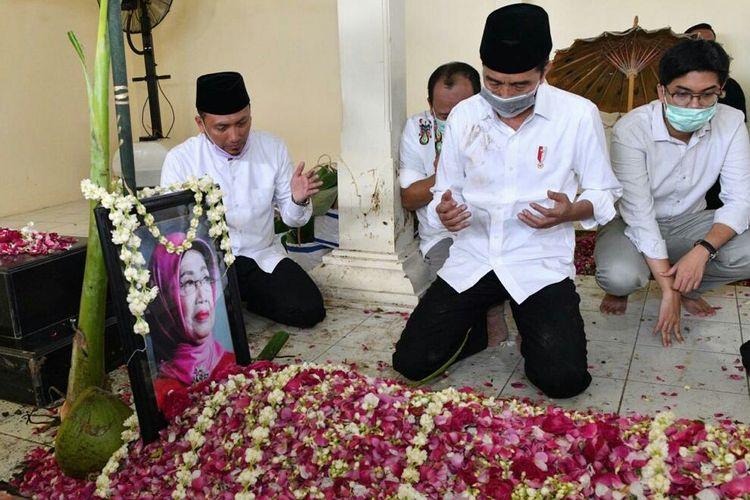 Presiden Joko Widodo berdoa di hadapan pusara almarhumah ibundanya