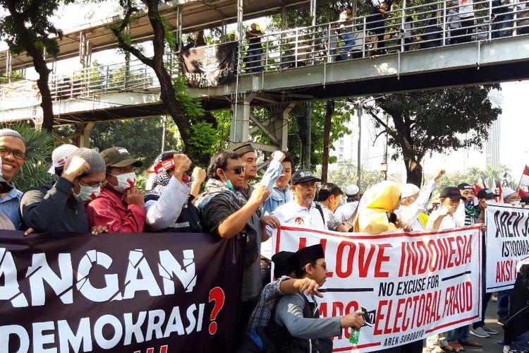 Massa aksi di MK yang datang dari Surabaya bentangkan spanduk Arek Suroboyo Aksi Kedaulatan Rakyat, Kamis (27/6/2019)