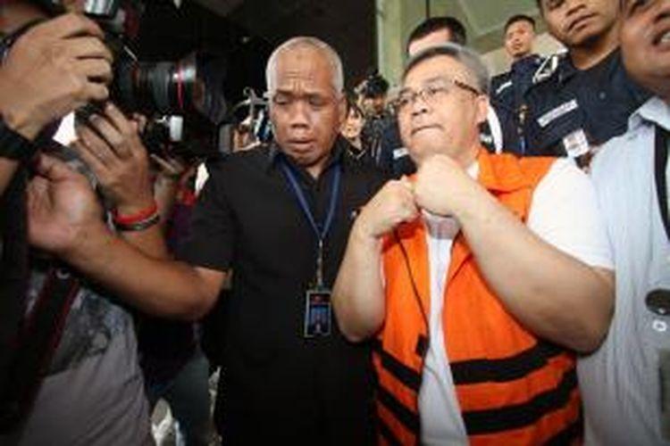 Ketua Mahkamah Konstitusi Akil Mochtar (kanan) keluar dari Gedung Komisi Pemberantasan Korupsi Jakarta, Minggu (6/10/2013), usai mengikuti tes urin oleh Badan Narkotika Nasional. KPK yang menggeledah ruangan Akil di Gedung MK, usai pengangkapan dirinya, menemukan beberapa jenis narkoba di laci kerja Akil.