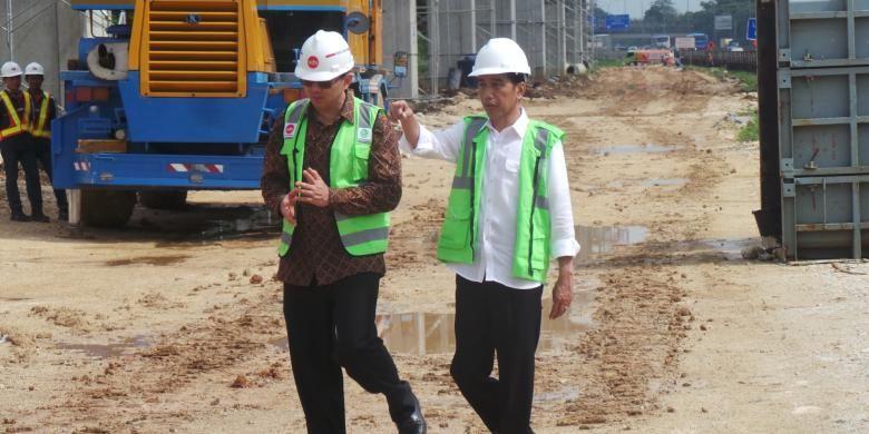 Presiden Joko Widodo dan Gubernur DKI Jakarta Basuki Tjahaja Purnama meninjau proyek LRT di kilometer 13 Tol Jagorawi,  Cibubur,  Jakarta Timur, Jumat (30/9/2016)