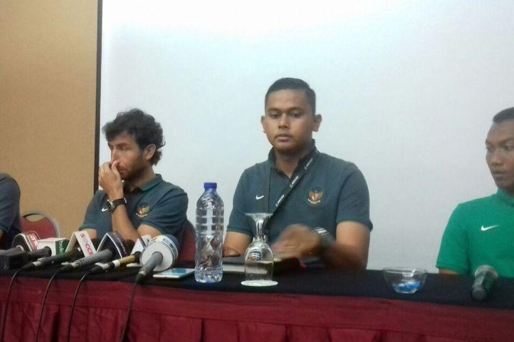 Pelatih timnas Luis Milla (kedua dari kiri) dan gelandang M Hargianto (baju hijau) hadir saat jumpa pers di Hotel Yasmin, Kamis (16/3/2017).