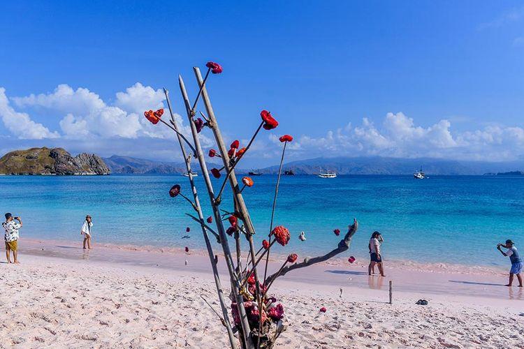 Foto dirilis Minggu (4/7/2021), memperlihatkan wisatawan menikmati Pantai Pink, Nusa Tenggara Timur. Pandemi Covid-19 yang menghantam sektor pariwisata, membuat pemerintah terus melakukan penataan di kawasan Labuan Bajo dengan harapan dapat mendongkrak pertumbuhan ekonomi dan pariwisata yang menurun saat ini.
